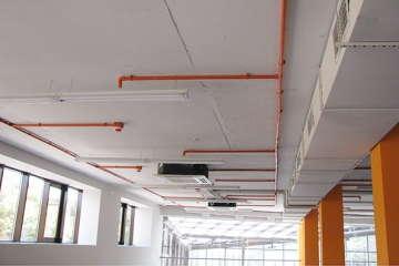 потолок в тренажерном зале