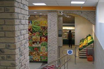 вид с пандуса в продуктовом супермаркете